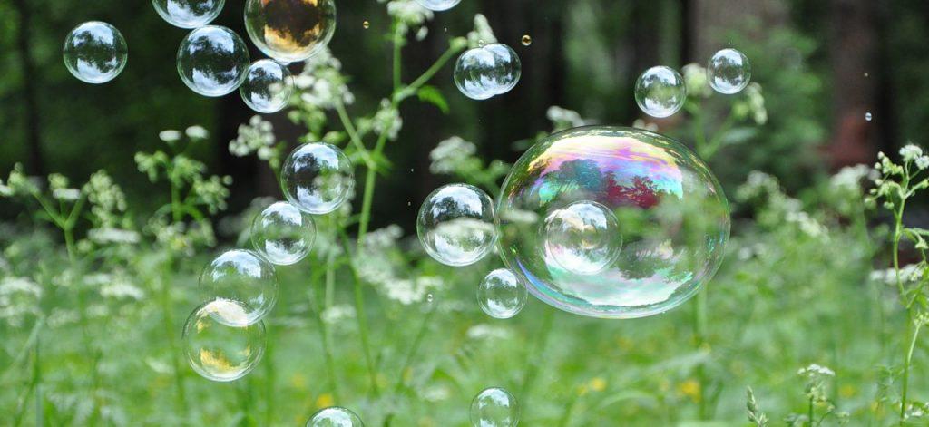 Мыльные пузыри можно не только надувать, ими еще можно опылять растения